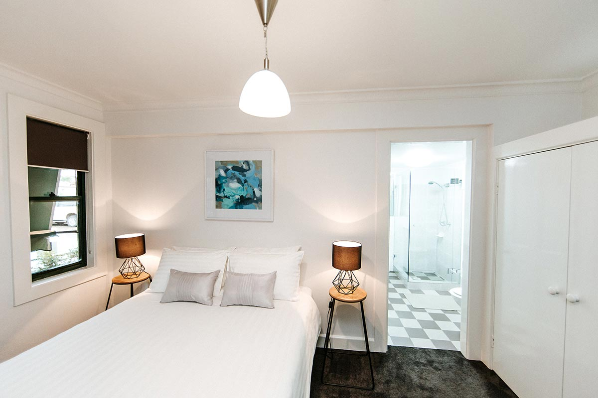 family-accommodation-berry-nsw-the-berry-inn-main-bedroom