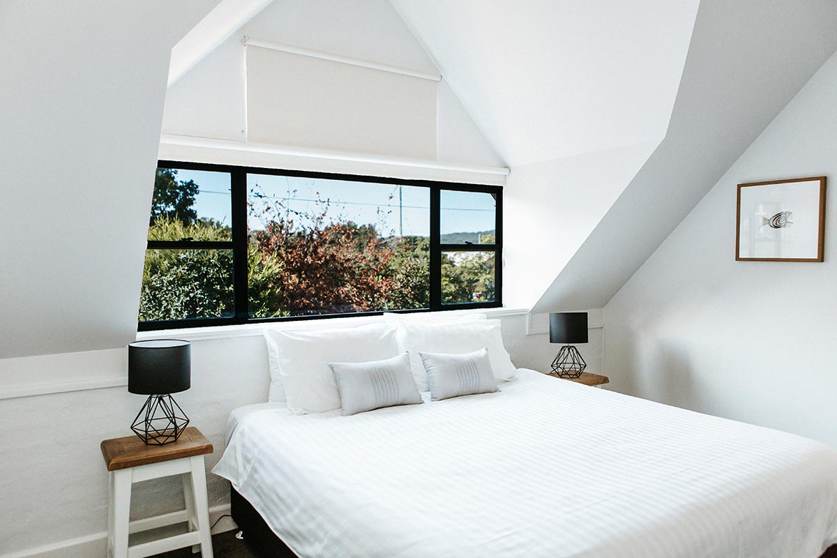 king-balcony-suite-bedroom-berry-accommodation